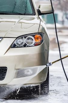 Lavage de voiture avec nettoyage à l'eau et à la mousse. auto, industrie du véhicule de service lavage auto, service