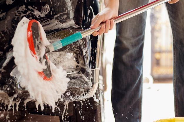 Lavage de voiture, nettoyage de voiture utilisation d'une éponge pour laver la voiture