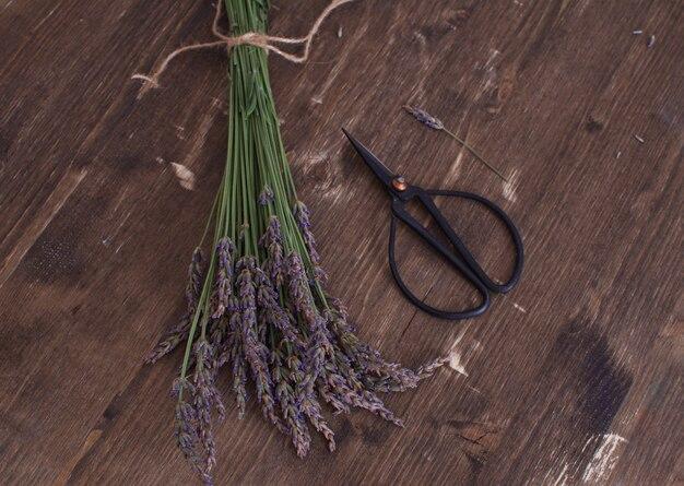 Lavande récolte bouquet de lavande sur bois d'aromathérapie vintage style provençal français