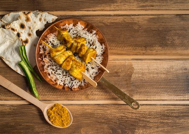 Lavash et épices près du plat de riz