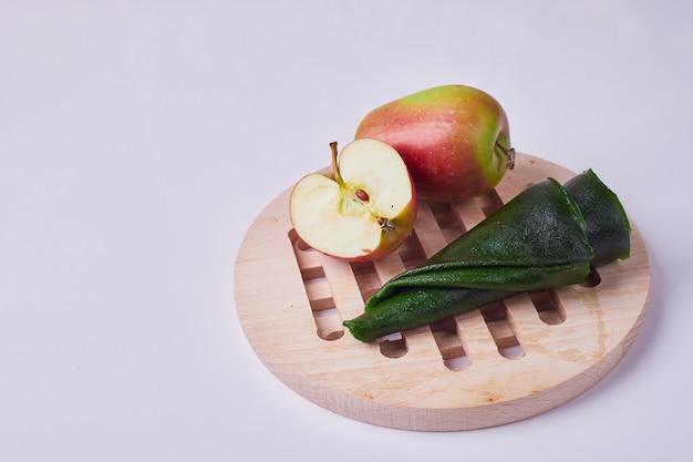 Lavash de fruits du caucase avec pomme sur un plateau en bois.