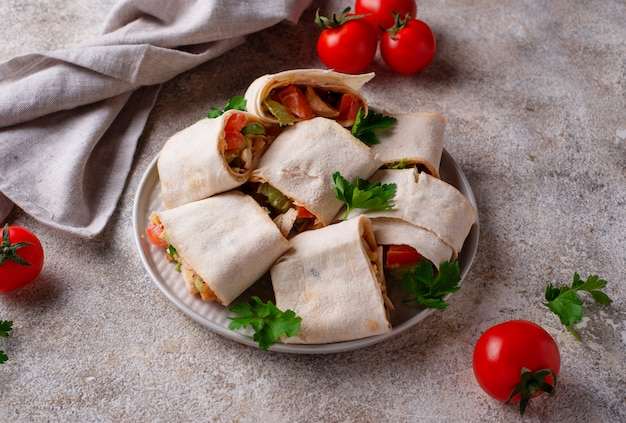 Lavash rouleaux au poulet et légumes