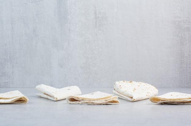 Lavash traditionnel s'enroule sur fond de marbre. photo de haute qualité