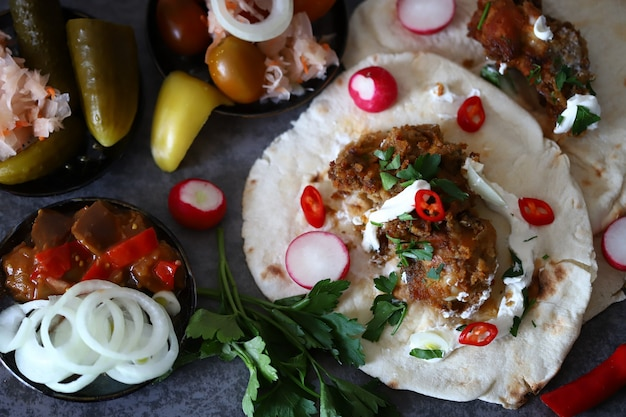 Lavash avec de la viande et des légumes nourriture du ramadan
