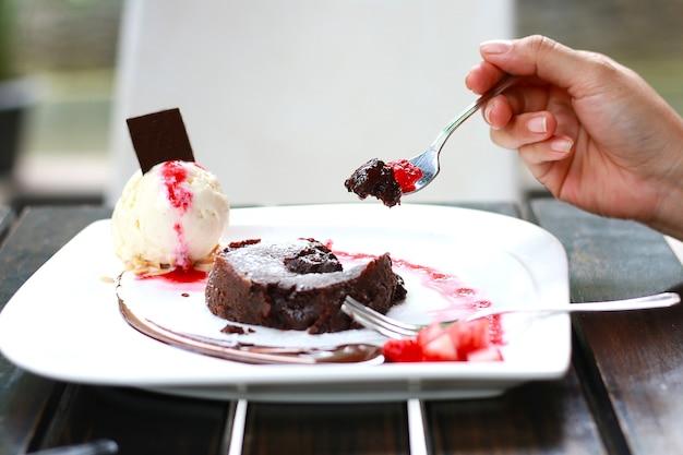Lave au chocolat avec glace à la vanille sur table en bois