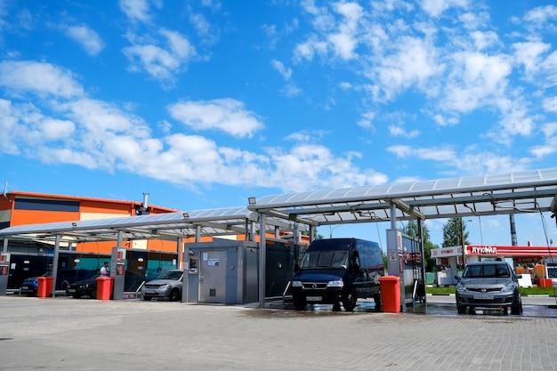 Lave-auto. complexe de lavage de voitures en libre-service. lavage de voiture à haute pression. saint-pétersbourg. russie. 2 juin 2021