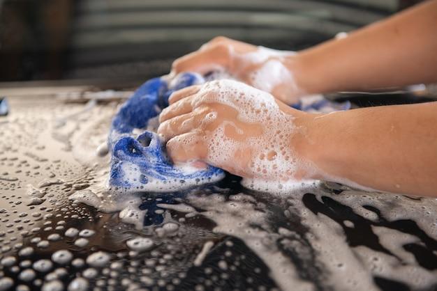 Lave-auto manuel avec un chiffon bleu