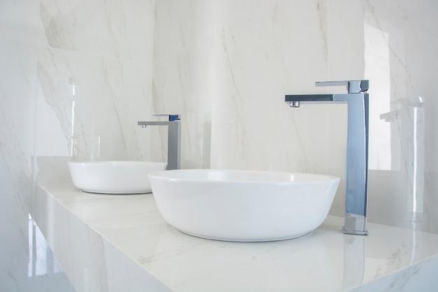 Lave manos con mezcladora de color plateada en tocador de lujo