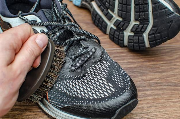 Laver des baskets sales. nettoyer la semelle de votre chaussure de running. lavez les baskets sales, nettoyez les chaussures. laver les baskets. nettoyer les chaussures de course sur sentier