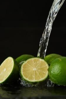 Laver la chaux avec un jet d'eau, verser l'eau du robinet sur les légumes
