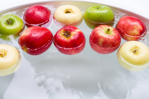 Laver les pommes fraîches dans l'eau
