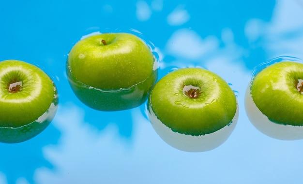 Laver les pommes vertes fraîches dans l'eau