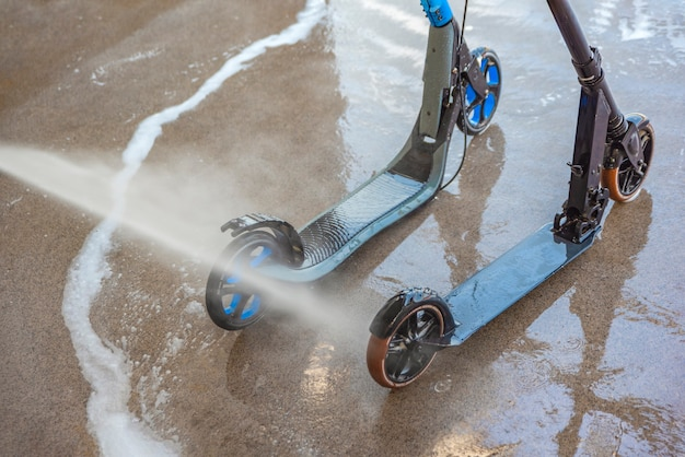 Laver un scooter sale dans un lave-auto sous haute pression entretien et nettoyage du scooter