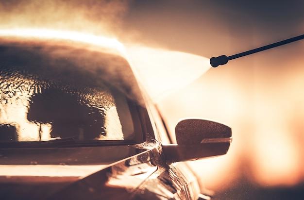 Laver le véhicule dans la voiture de lavage