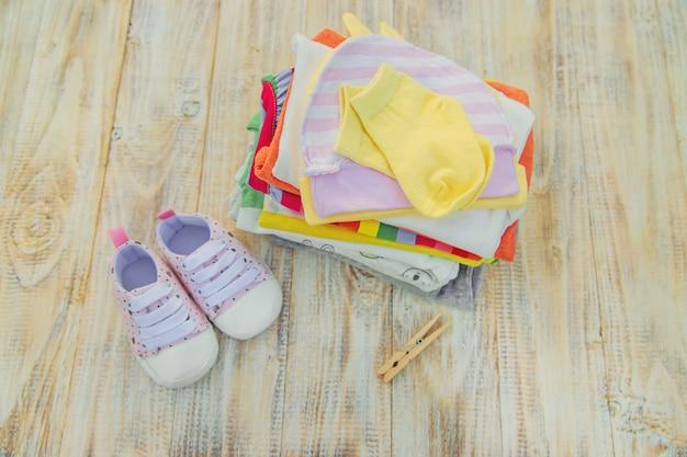 Laver les vêtements de bébé, le linge sèche à l'air frais