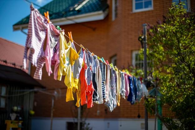 Laver les vêtements de bébé sont séchés à l'air libre. journée ensoleillée