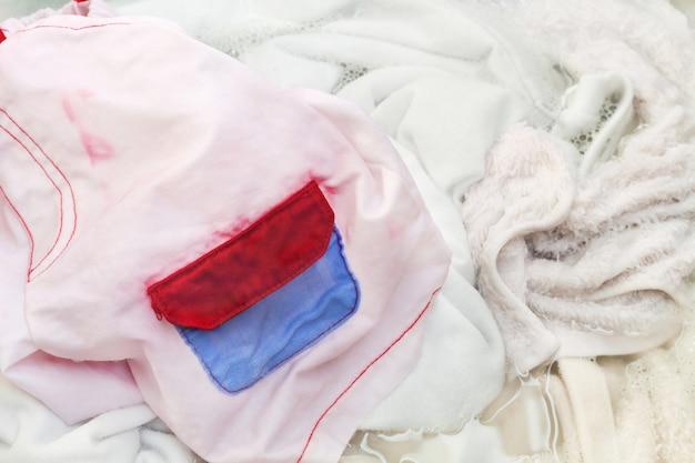 Laver les vêtements à la main dans le bassin