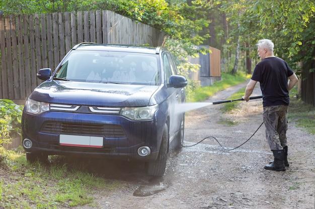 Laver la voiture en été avec un nettoyeur haute pression