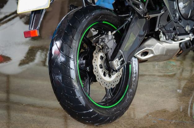 Lavez la moto au lave-auto.