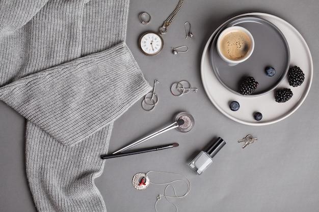 Lay lay avec accessoires féminins dans les tons de gris