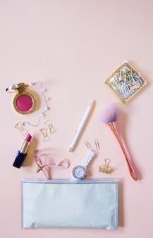 Lay plat d'accessoires cosmétiques avec un espace pour le texte.