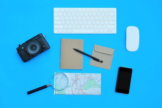 Lay plat d'accessoires sur fond de bureau bleu
