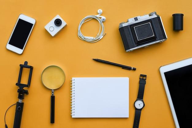 Lay plat d'accessoires sur fond de bureau orange