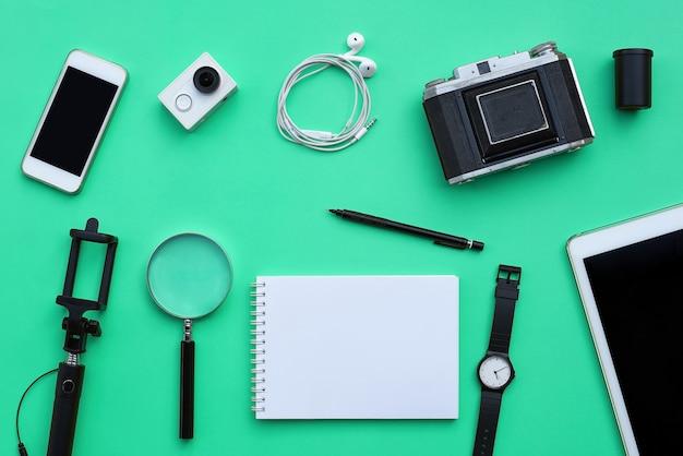 Lay plat d'accessoires sur fond de bureau vert