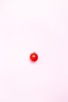Lay plat. aliments . tomate mûre rouge sur fond rose