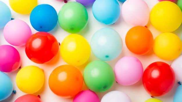Lay plat de ballons colorés