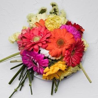 Lay plat de belles fleurs