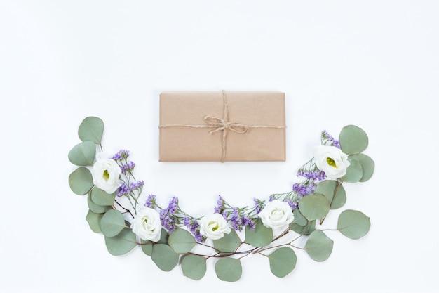 Lay plat de boîte cadeau vintage de papier kraft eco avec cadre de fleur