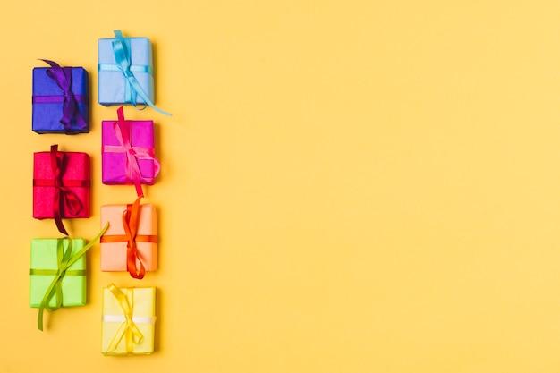 Lay plat de cadeaux colorés avec espace de copie