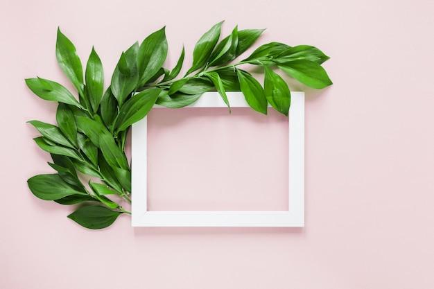 Lay plat de cadre avec décoration de feuilles