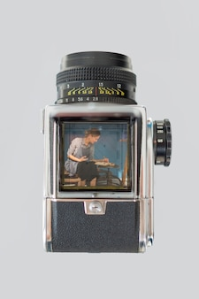 Lay plat de caméra rétro avec l'artiste