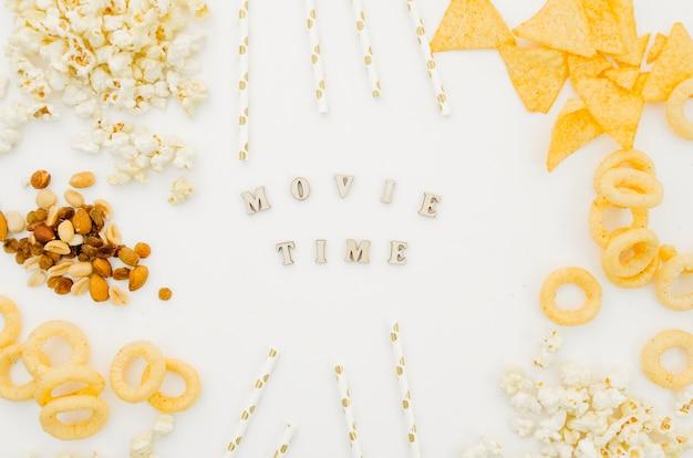 Lay plat de chips et pop-corn pour le concept de cinéma