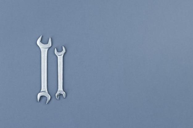 Lay plat de clés métalliques sur fond gris