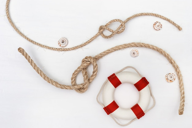 Lay plat de corde avec noeud de mer et gilet de sauvetage.