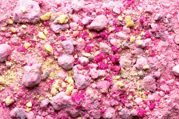 Lay plat de couleur en poudre avec des roches