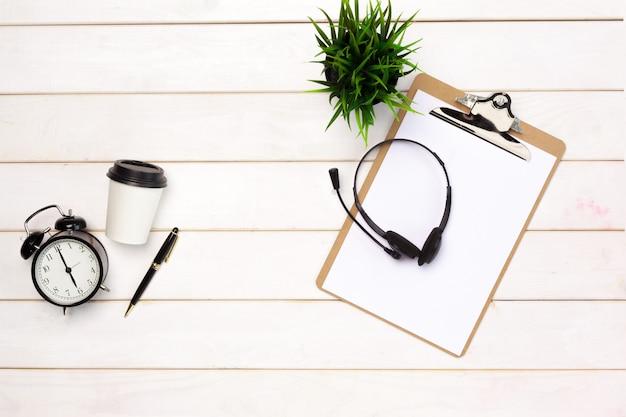 Lay plat de fournitures de l'espace de travail sur la table blanche