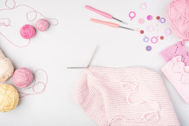 Lay plat de fournitures de tricot