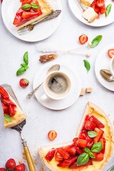 Lay plat avec gâteau au fromage aux fraises