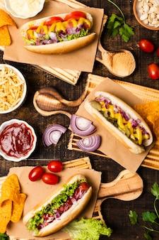 Lay plat de hot dogs sur les planches à découper