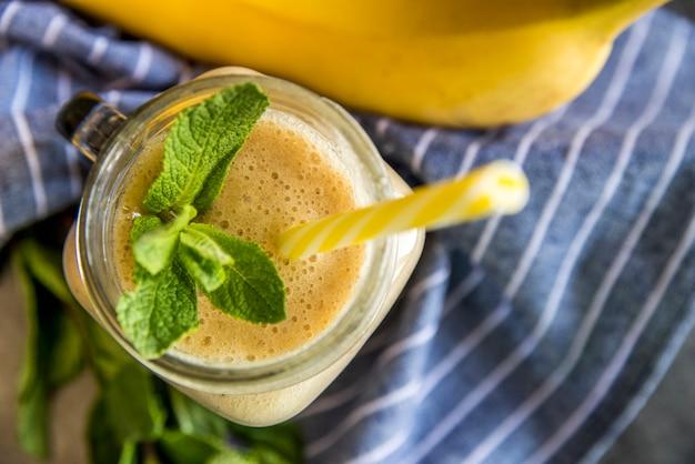 Lay plat de jus de fruits d'été en bonne santé
