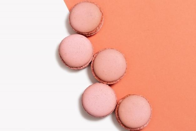 Lay plat de modèle de macarons orange sur orange et blanc