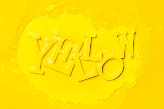 Lay plat de mot jaune avec de la peinture