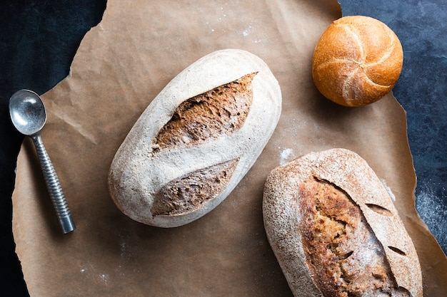 Lay plat de pain sur une plaque à pâtisserie