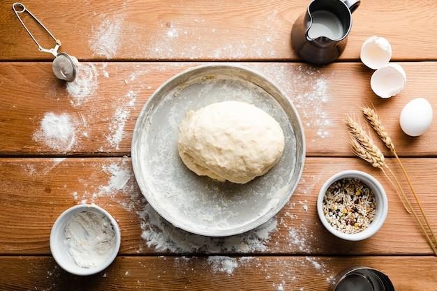Lay plat de la pâte sur un plateau sur une table en bois