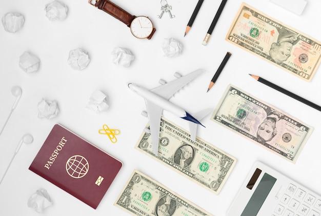Lay plat de planification de voyage sur fond blanc