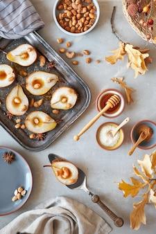 Lay à plat avec un plateau de poires cuites au four avec des noix caramélisées
